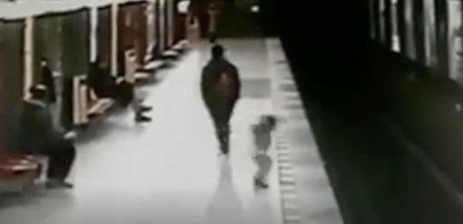 VIDEO: Niño de dos años cae a las vías del tren y un joven lo salva