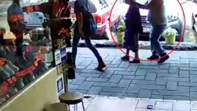 VIDEO: Así le roban los aretes a una señora en la CDMXVIDEO: Así le roban los aretes a una señora en la CDMX