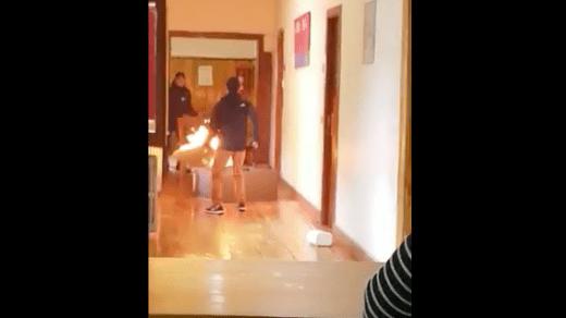 VIDEO: Quema su oficina porque no renovaron su contrato