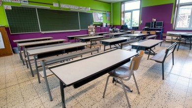 VIDEO: Captan a profesor robando a alumnos durante el receso