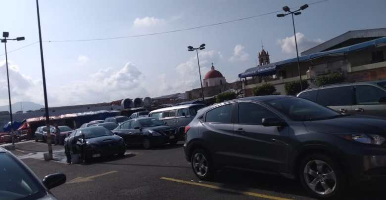 Ciudadanos afectados por cierre de estacionamientos en el mercado San Juan