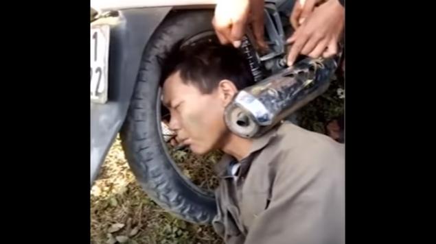 Hombre se va de fiesta y amanece con la cabeza atorada en el escape de una moto