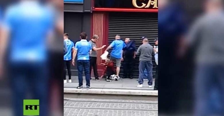 Video: Aficionado de fútbol patea en la cara a un anciano sin hogar