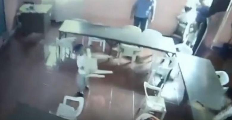 Video: Pequeño niño somnoliento confunde una silla con su mochila en el salón y se va