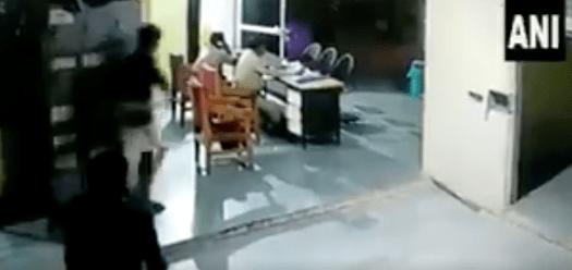 FUERTES IMÁGENES: Prisionero mata brutalmente a un guardia para huir de la cárcel
