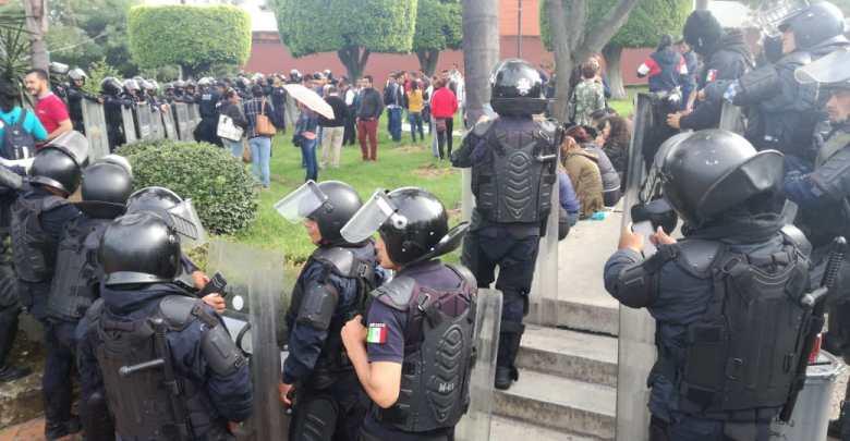 Policías acorralan de nuevo a docentes que exigían pago de bonos