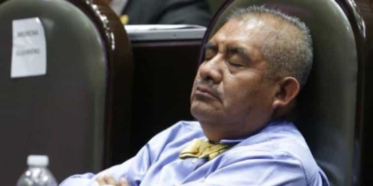 Diputado de Morena es captado durmiendo por 2da ocasión