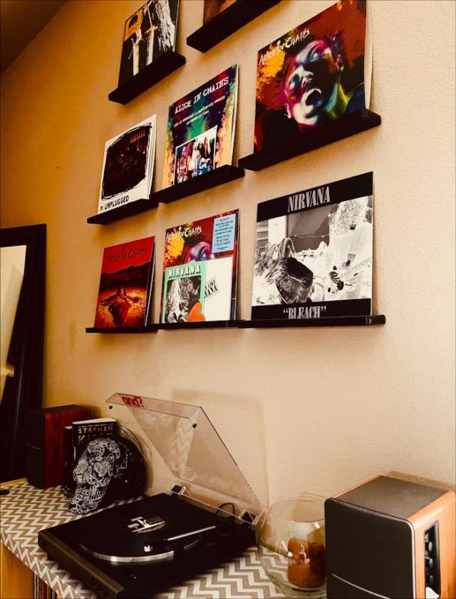 un mur rempli de disques vinyle