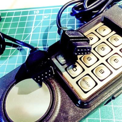 Il connettore è quello a 9 PIN, come quello usato sull'ATARI, oppure sul C64 o l'Amiga.