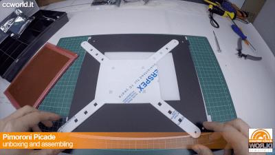 Togliete la plastica protettiva al kit di fissaggio del monitor