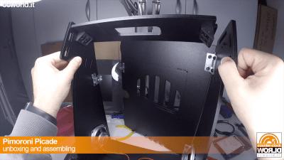 Per poter inserire il monitor è necessario che l'elemento top sia libero da un lato per fare spazio.