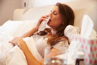 Mujer enferma por la influenza en cama
