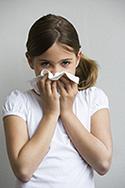 Mädchen wischen Nase nach dem Niesen