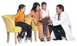 طبيب يتحدث مع الأسرة