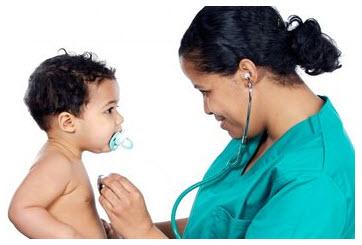 Foto: Doctora examinando a un niño