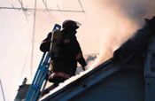Bomberos que suben durante un incendio