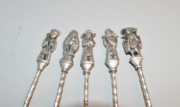 Cuillères, piques à escargots à décor figuratifs de personnages asiatiques en Argent