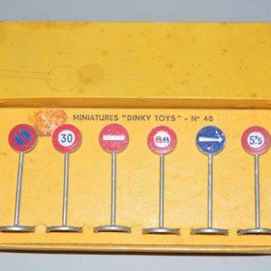 """Dinky Toys N°40 - Panneaux de signalisation """"ville"""""""