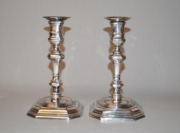 Paire de bougeoirs en métal argenté. Style Louis XIV Régence
