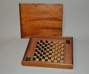 Échiquier / jeu d'échec de voyage dans sa boite en acajou