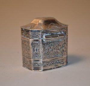 Petite boite en argent finement travaillé à décor d'un blason