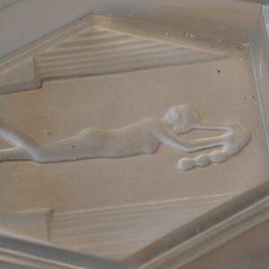 cendrier en verre moulé Art Déco représentant une femme nue en relief