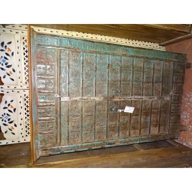 petite armoire avec une porte en metal