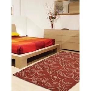 tapis rouge et beige