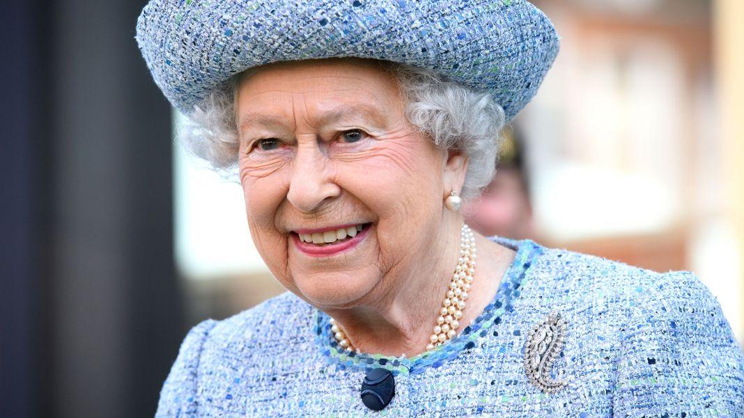 queen-elizabeth-today-170328-tease_def7c0cc6061d64eee90cf2c74dfab1c.jpg