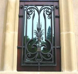 Reja pecho de paloma permite la colocación de flores en las ventanas