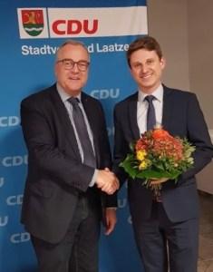 Neuer und alter Vorstand:  Peter Friedsch (li.) verabschiedet Paul Derabin (re.)