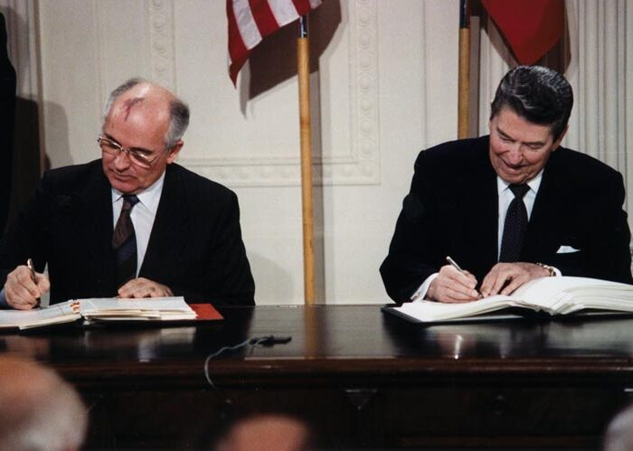 Reagan_and_Gorbachev_signingINF Treaty