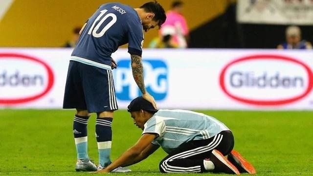 Um fã invadiu o gramado e foi até Messi, que lhe cumprimentou e fez o dia do torcedor - Foto: GE