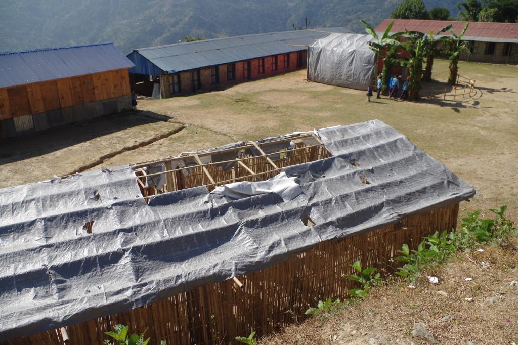 un-telone-strappato-per-tetto-della-scuola-waku
