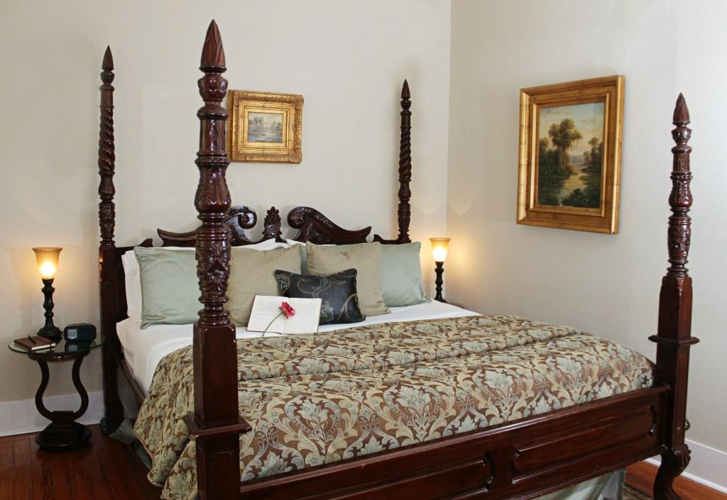 Cedar House Inn Sanibel Room Bed