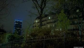 La Tour bleu dans la nuit.
