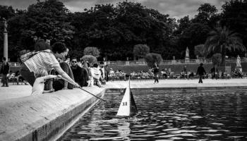 Le Jardin du Luxembourg, les enfants jouent sur le plan d'eau