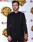 Justin Theroux non compra i gioielli per Jennifer Aniston, lui dà i suoi flip flop