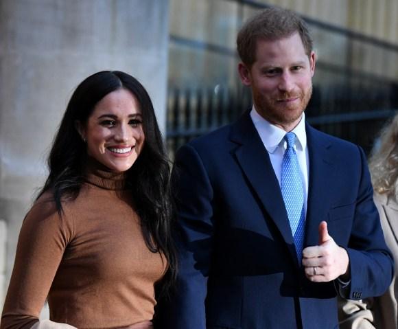 Il principe Harry britannico, il duca di Sussex (C) e Meghan, la duchessa di Sussex (L) stanno in piedi con l'alto commissario canadese per il Canada nel Regno Unito, Janice Charette, mentre escono dopo la loro visita in Canada House grazie per la calda ospitalità canadese