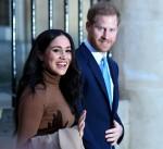Il principe Harry, il duca di Sussex e Meghan, la duchessa di Sussex, reagisce mentre se ne vanno dopo la sua visita a Canada House grazie per la calorosa ospitalità e il sostegno canadesi che hanno ricevuto durante il loro recente soggiorno in Canada, a Londra il 7 gennaio 2020