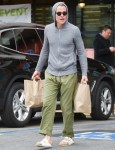 Chris Pine esce per acquistare Corona Virus Essentials da Gelson