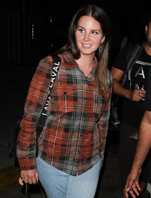 Lana del Rey lo rende casual mentre lascia mercoledì il servizio in chiesa a Beverly Hills