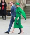 I membri della famiglia reale e i politici sono raffigurati mentre arrivano al Commonwealth Day Service