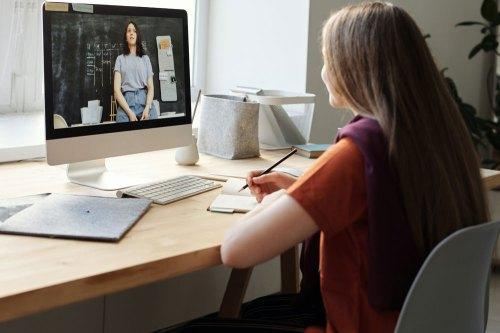 ragazza-watching-video-utilizzando-imac-4144225