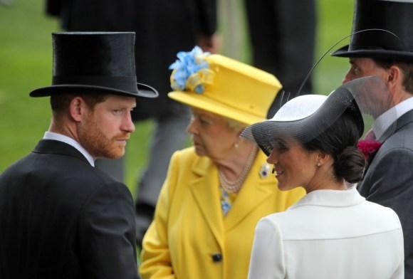 Royal Ascot, Ritratto di TRH Prince Harry, il Duca di Sussex e TRH Meghan la Duchessa di Sussex di fronte a Sua Altezza Reale la Regina Elisabetta II