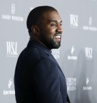Kim Kardashian e il marito Kanye West posano per una foto ai WSJ Innovator Awards di New York