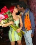 Offset sorprende sua moglie Cardi B con più mazzi di fiori a cena