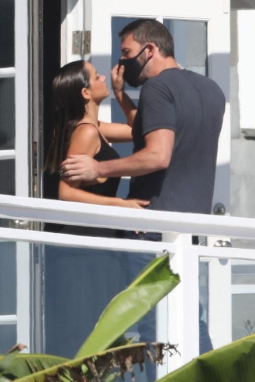 La ragazza di Ben Affleck, Ana de Armas, si toglie la maschera per un bacio durante un servizio fotografico sulla spiaggia