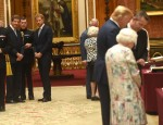 Il principe Harry osserva le esposizioni di articoli statunitensi della Collezione Reale a Buckingham Palace a Londra.