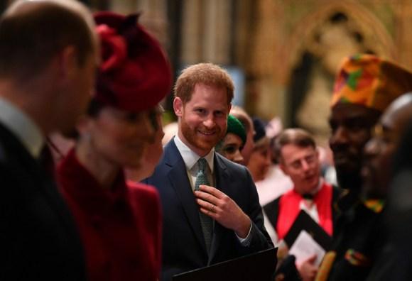 Il principe Harry, duca di Sussex (C) della Gran Bretagna viene presentato agli artisti mentre se ne va dopo aver partecipato all'annuale Commonwealth Service presso l'Abbazia di Westminster a Londra il 9 marzo 2020. - La regina Elisabetta II della Gran Bretagna è stata a capo del Commonwealth attraverso